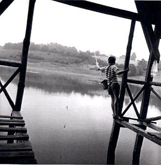 La nature : le jeune pêcheur sur le Vianon, à Neuvic-Corrèze, 1964